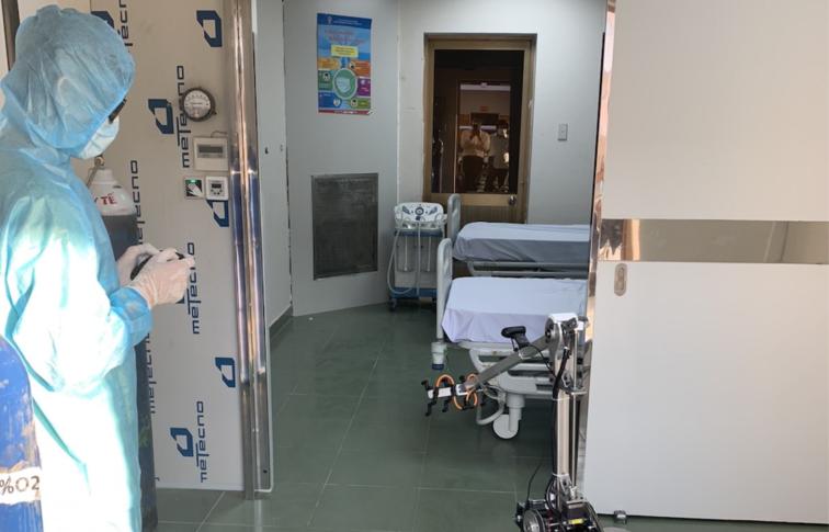 消毒机器人在胡志明市古芝方舱医院隔离病房投入启用