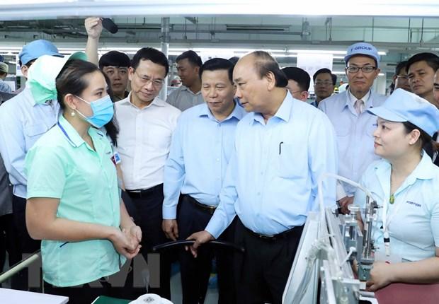 越南政府总理阮春福与北宁省越新工业区工人进行对话