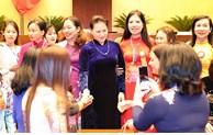 国会主席阮氏金银会见模范教师和教育管理干部