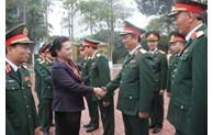 越南国会主席阮氏金银走访慰问第4军区