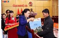 国会主席阮氏金银探望并慰问在中部灾区牺牲烈士的家属