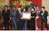 越南国家副主席邓氏玉盛向越南歌舞剧院授予英雄称号