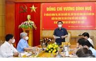 越南国会主席王廷惠视察多省市选举工作