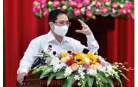 越南政府总理范明正在芹苴市开展选民接待活动