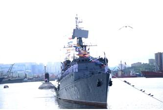 越南海军舰艇编队参加庆祝俄罗斯海军建军日阅兵活动