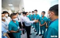 政府总理范明正视察设在河内市黄梅郡方舱医院