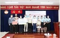 越南祖国阵线胡志明市委员会接收各家企业捐赠的抗疫资金