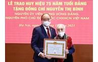 越南国家主席阮春福向原国家副主席阮氏萍授予75年党龄纪念章