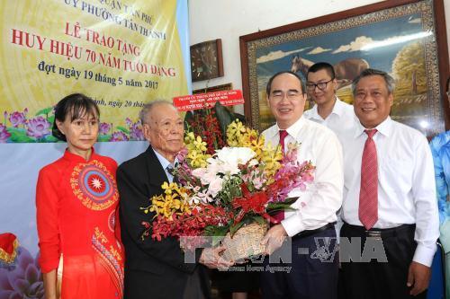 Đồng chí Nguyễn Thiện Nhân trao Huy hiệu 70 năm, 60 năm tuổi Đảng cho các đảng viên TP Hồ Chí Minh