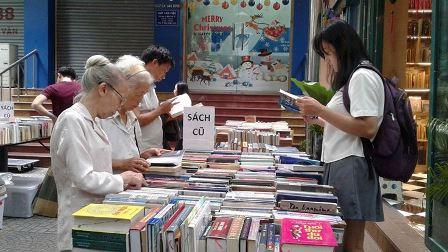 Đường sách thu hút đông đảo người dân Thành phố và du khách tới tham quan