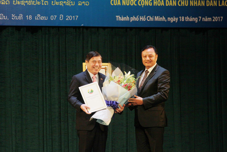 TP Hồ Chí Minh đón nhận Huân chương Lao động Hạng nhất của Chủ tịch nước CHDCND Lào