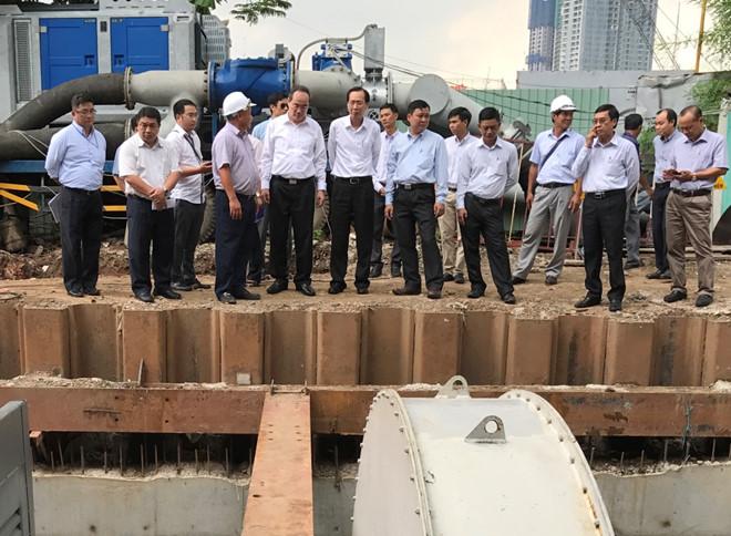 Bí thư Thành ủy TP.Hồ Chí Minh kiểm tra việc vận hành hệ thống máy bơm chống ngập trên đường Nguyễn Hữu Cảnh