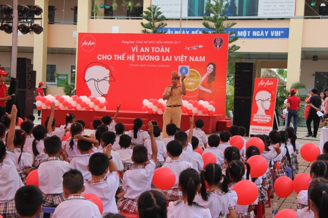 Tặng mũ bảo hiểm và tuyên truyền Luật Giao thông đường bộ cho trẻ em