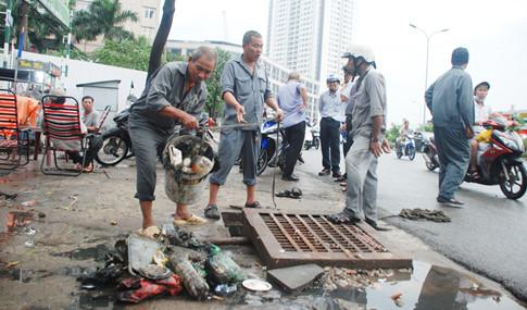 Vận động người dân không bỏ rác xuống miệng thu nước hầm ga