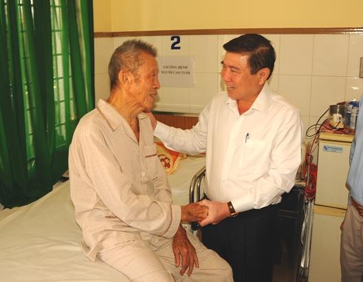 Chủ tịch Nguyễn Thành Phong thăm đơn vị và các cá nhân tham gia Tổng tiến công và nổi dậy Xuân Mậu Thân 1968