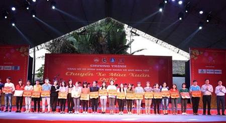 Tiễn 3.000 sinh viên có hoàn cảnh khó khăn về quê đón Tết