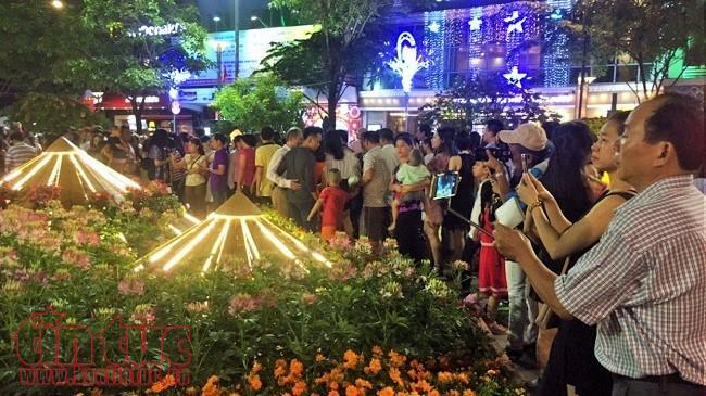 Hơn 1 triệu lượt khách tham quan Đường hoa Nguyễn Huệ Tết Mậu Tuất 2018