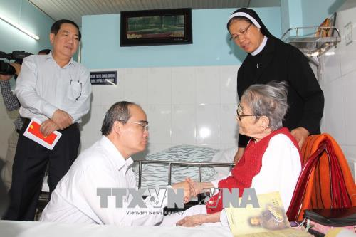 Bí thư Thành ủy TP Hồ Chí Minh Nguyễn Thiện Nhân thăm, chúc Tết cơ sở Dòng Mến Thánh giá Thủ Thiêm