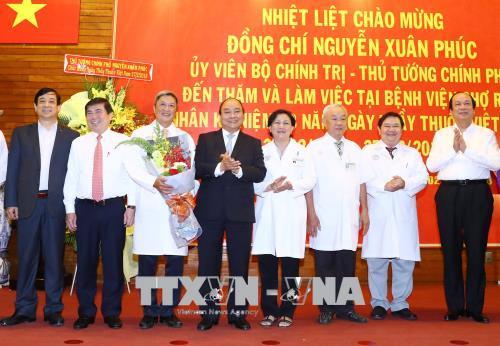 Thủ tướng thăm, chúc mừng cán bộ, nhân viên ngành Y tế nhân Ngày Thầy thuốc Việt Nam