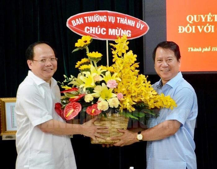 Trao quyết định nghỉ hưu cho đồng chí Nguyễn Hữu Nhân