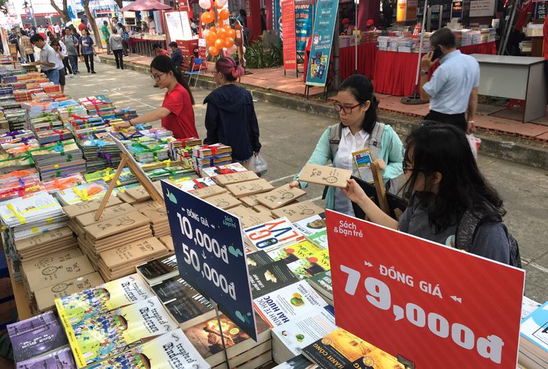 Tấp nập Hội sách TP Hồ Chí Minh lần thứ X