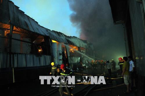 Nỗ lực dập tắt đám cháy tại Khu công nghiệp Vĩnh Lộc