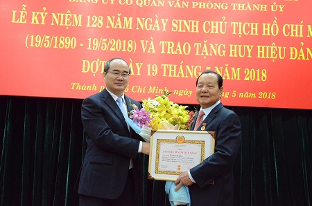 Trao Huy hiệu 50 năm tuổi Đảng cho đồng chí Lê Thanh Hải