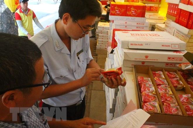 Kiểm tra đột xuất các cơ sở kinh doanh bánh Trung thu
