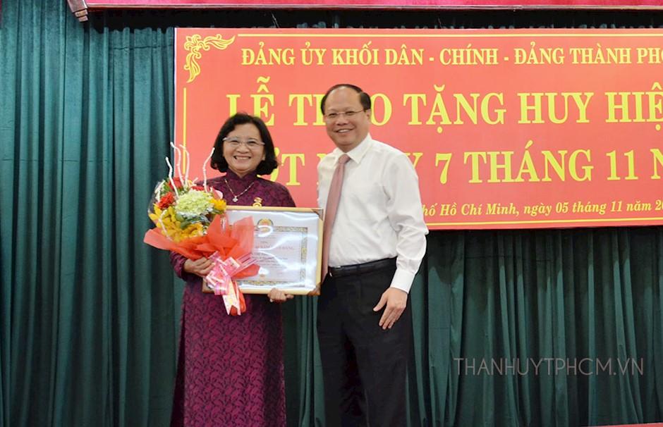 Trao tặng Huy hiệu Đảng cho đảng viên đợt ngày 7/11/2018