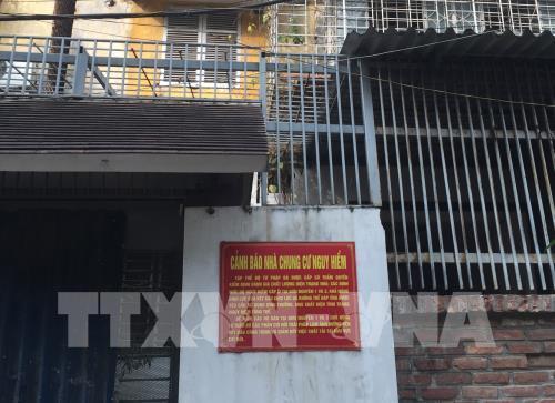 Di dời khẩn cấp người dân ra khỏi chung cư cũ nguy hiểm