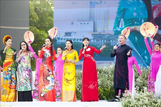 Hơn 3.000 người tham gia đồng diễn áo dài Việt Nam