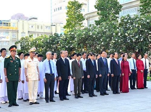 Lãnh đạo Thành phố dâng hương, dâng hoa tưởng niệm Chủ tịch Hồ Chí Minh