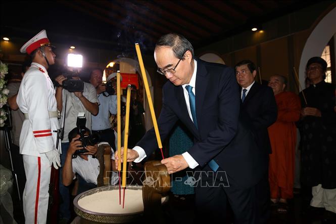 Dâng hương tưởng niệm Chủ tịch Tôn Đức Thắng