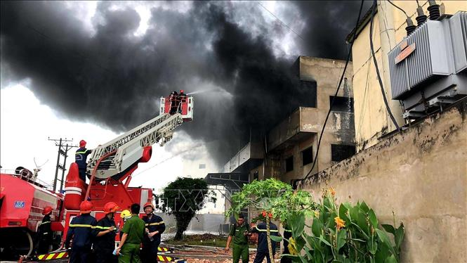 Nỗ lực khống chế đám cháy lớn tại kho nệm mút