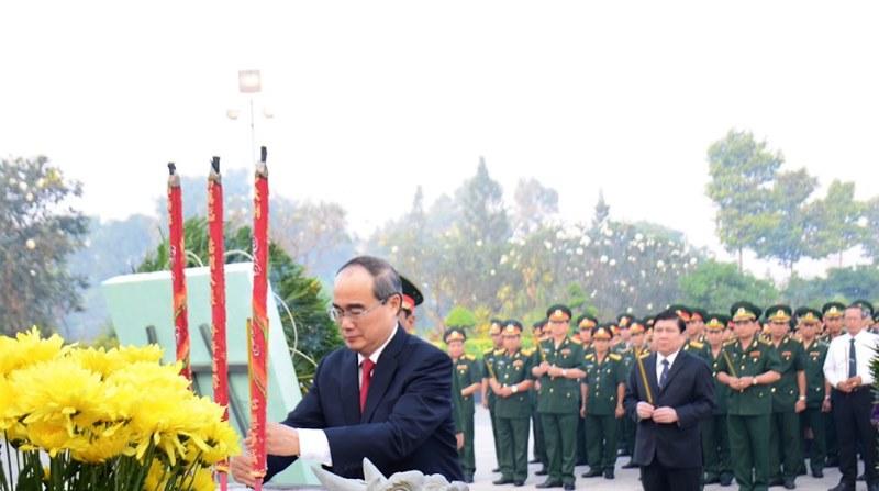 Lãnh đạo TP. Hồ Chí Minh tưởng niệm các anh hùng liệt sĩ