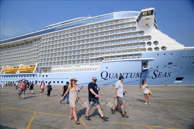 Du thuyền 5 sao hiện đại nhất thế giới cập cảng TP Hồ Chí Minh