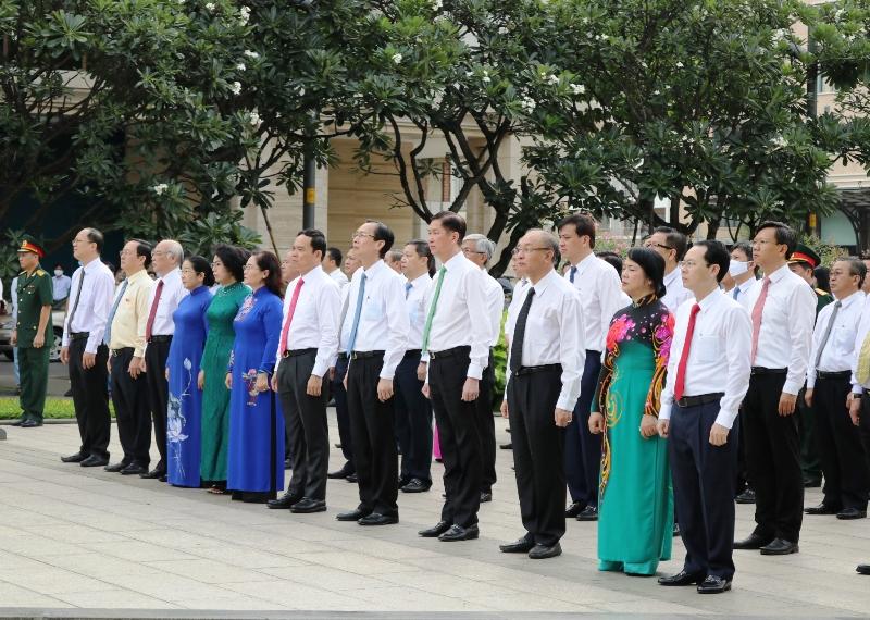 Lãnh đạo TP. Hồ Chí Minh dâng hoa tưởng niệm Chủ tịch Hồ Chí Minh