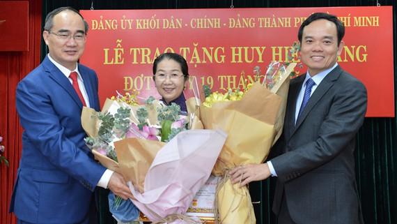 Đảng ủy Khối Dân – Chính – Đảng TP trao Huy hiệu Đảng cho 17 đảng viên