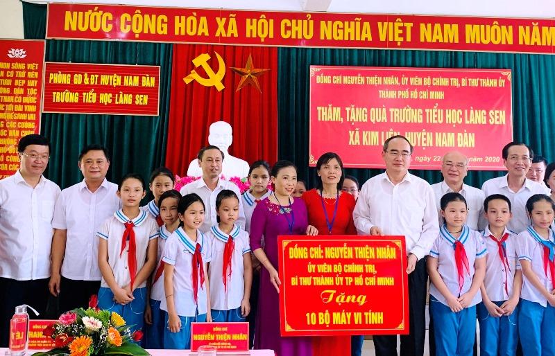 Bí thư Thành ủy TP.Hồ Chí Minh Nguyễn Thiện Nhân thăm, tặng quà tại tỉnh Nghệ An