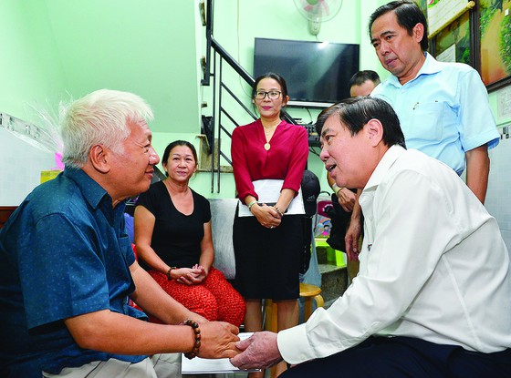 Lãnh đạo TP Hồ Chí Minh đi thăm và tặng quà các gia đình chính sách