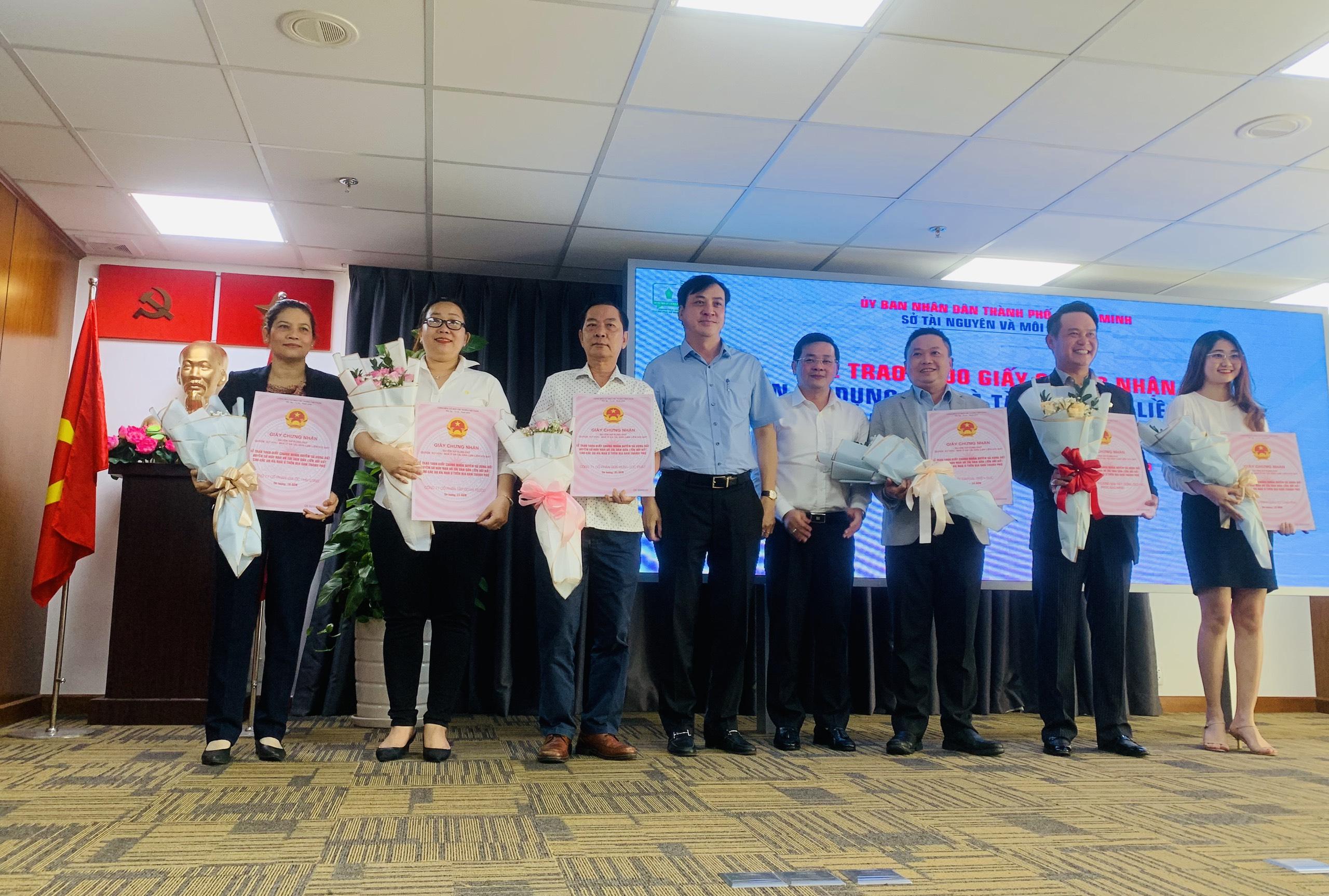 16 dự án nhà ở trên địa bàn TP được trao giấy chứng nhận sổ hồng