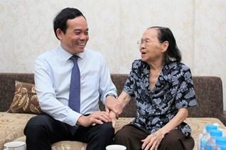 Đồng chí Trần Lưu Quang thăm, chúc mừng gia đình thầy thuốc lão thành