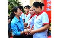 Lãnh đạo LĐLĐ TP thăm, tặng quà người lao động Công ty CP Kinh doanh Thủy hải sản Sài Gòn
