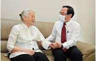 Đồng chí Nguyễn Văn Nên thăm, chúc mừng thầy thuốc và gia đình thầy thuốc tiêu biểu