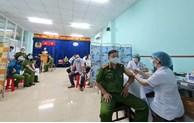 Tiêm vắc xin phòng COVID-19 cho cán bộ chiến sỹ Công an Thành phố tham gia tuyến đầu phòng, chống dịch