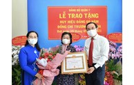 Trao Huy hiệu 60 năm tuổi Đảng cho đồng chí Trương Mỹ Hoa