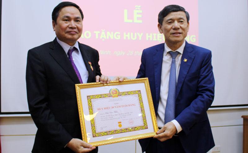 Đảng bộ Sở Tư Pháp trao tặng Huy hiệu 30 năm tuổi Đảng