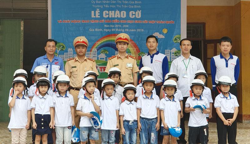 Trao tặng mũ bảo hiểm cho học sinh Trường Tiểu học Thị trấn Gia Bình