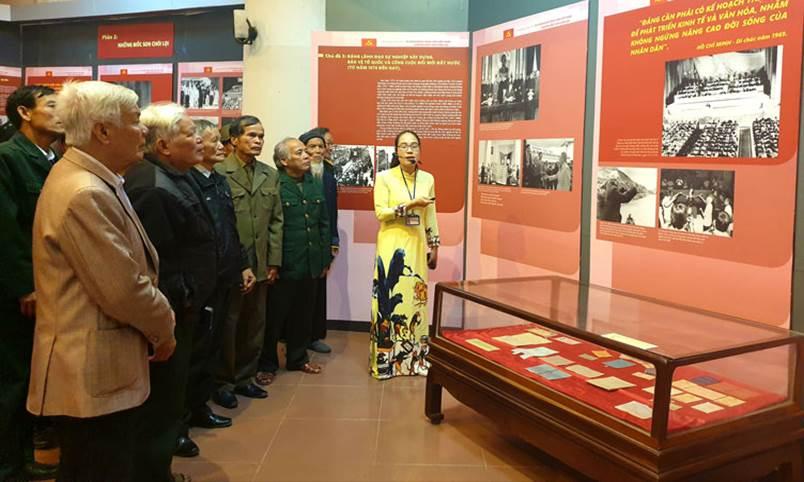 """Khai mạc trưng bày chuyên đề """"90 năm Đảng Cộng sản Việt Nam - Những mốc son chói lọi"""""""