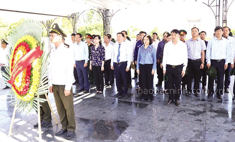 Đoàn cán bộ chủ chốt tỉnh viếng Anh hùng liệt sĩ tại Quảng Trị